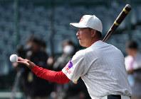 ノックをする智弁和歌山の中谷仁監督=阪神甲子園球場で2019年3月18日、山田尚弘撮影