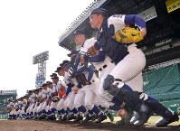 グラウンドに駆け出す履正社の選手たち=阪神甲子園球場で2019年3月18日、山田尚弘撮影