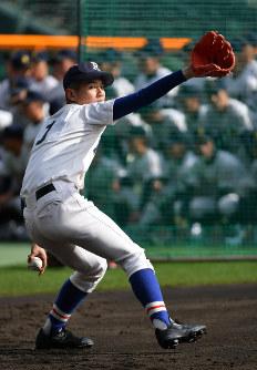 投球練習をする履正社の清水=阪神甲子園球場で2019年3月18日午後2時45分、山田尚弘撮影