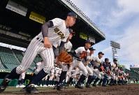 グラウンドに駆け出す明石商の選手たち=阪神甲子園球場で2019年3月18日午後2時57分、山田尚弘撮影