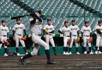 打撃練習をする明石商の選手たち=阪神甲子園球場で2019年3月18日、山田尚弘撮影