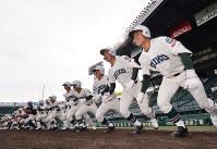 グラウンドに駆け出す市和歌山の選手たち=阪神甲子園球場で2019年3月18日午後3時半、山田尚弘撮影