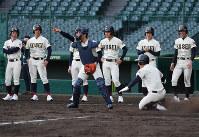 実戦を想定した練習をする八戸学院光星の選手たち=阪神甲子園球場で2019年3月18日、山田尚弘撮影