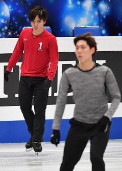 世界選手権開幕を控え練習する宇野昌磨(奥)と田中刑事=さいたまスーパーアリーナで2019年3月18日、宮間俊樹撮影