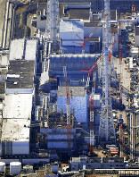 廃炉作業が進められている福島第1原発の1号機(手前)から4号機=福島県大熊町で2019年2月14日、本社ヘリから手塚耕一郎撮影