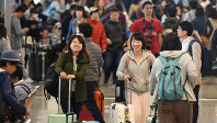 海外旅行客で混雑する国際線出発ロビー=関西国際空港で2018年4月28日、小松雄介撮影