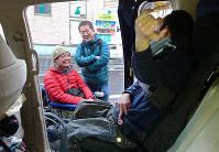 一般入試を終えた男性(右)をねぎらう凪裕之さん(左)と栗山和久さん=神戸市兵庫区で、桜井由紀治撮影
