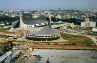 第18回オリンピック東京大会開催間近に完成した国立代々木競技場(第1体育館、後方左)=1964(昭和39)年9月、本社ヘリから撮影