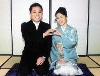 「ちりとてちん」撮影合間のショット。夫婦を演じた女優の押元奈緒子さんと=本人提供