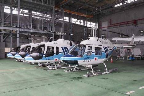 後継機のベル505とともに並ぶSH176おおるり(右)=宮城県岩沼市の海上保安庁仙台航空基地で、米田堅持撮影