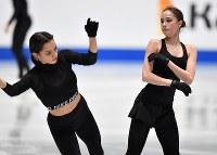 世界選手権開幕を控えた練習中に衝突しそうになるアリーナ・ザギトワ(右)とエフゲニア・メドベージェワ=さいたまスーパーアリーナで2019年3月19日、宮間俊樹撮影