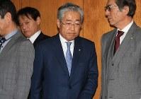 理事会後、取材に応じるため報道陣の前に姿を現した竹田恒和JOC会長(中央)=東京都渋谷区で2019年3月19日午後5時10分、梅村直承撮影