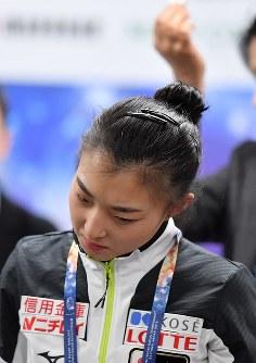 女子シングルSPの滑走順抽選会で35番を引き当て首をかしげる坂本花織=さいたまスーパーアリーナで2019年3月19日、宮間俊樹撮影