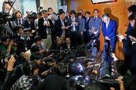 理事会後、報道陣の前で退任の意向について説明する竹田恒和JOC会長(右中央)=東京都渋谷区で2019年3月19日午後5時12分、梅村直承撮影
