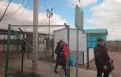 ロシアが設置した「国境検問所」を越え、実効支配するクリミアへ入境してきた人たち。記者がクリミアからウクライナ側へと「出国」する際に通過した「検問所」で、記事中で紹介した「往路の検問所」とは別の地点となる=クリミアで2019年3月2日、大前仁撮影