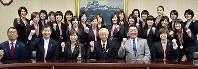 V2リーグで優勝したヴィクトリーナ姫路の選手たちと兵庫県姫路市の石見利勝市長(前列右から3人目)=同市役所で、待鳥航志撮影