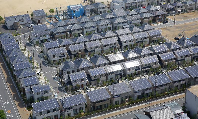 2023年までには約165万件が買い取り期間満了に(太陽光発電施設を備えた住宅団地=滋賀県草津市)