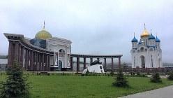 ユジノサハリンスク市街東外れの丘のふもとにある勝利広場とギリシャ正教会(写真は筆者撮影)