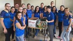 コスタリカの国立大学の学生グループに高倉式コンポスト講習を行う日高夏希さん