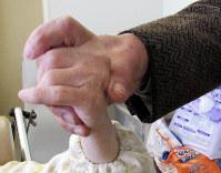 和美さんが挙げた手を、兄は握りしめた=群馬県高崎市で