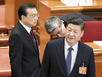 中国全人代に臨む習近平国家主席(右)と李克強首相=中国・北京の人民大会堂で2019年3月5日、共同