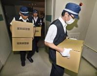 大津市教委の家宅捜索を終え、押収物を運び出す滋賀県警の捜査員ら=大津市役所で2012年7月11日、小関勉撮影