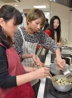 料理教室で具だくさんのみそ汁を作る参加者=東京都渋谷区で