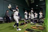 室内練習場で素振りをする熊本西の選手たち=阪神甲子園球場で2019年3月19日、山田尚弘撮影