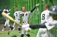 室内練習場で打撃練習をする熊本西の選手たち=阪神甲子園球場で2019年3月19日、山田尚弘撮影