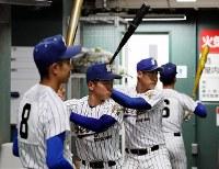 室内練習場で調整する松山聖陵の選手たち=阪神甲子園球場で2019年3月19日午前9時44分、幾島健太郎撮影