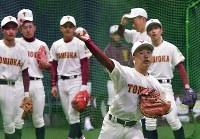 送球練習をする富岡西の選手たち=阪神甲子園球場で2019年3月19日午後0時4分、山田尚弘撮影