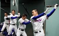 室内練習場で調整する福知山成美の選手たち=阪神甲子園球場で2019年3月19日、幾島健太郎撮影