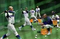 打撃練習をする呉の選手たち=阪神甲子園球場で2019年3月19日、幾島健太郎撮影