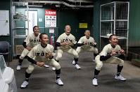 室内練習場で調整する桐蔭学園の選手たち=阪神甲子園球場で2019年3月19日、幾島健太郎撮影
