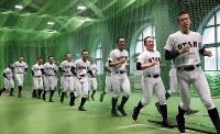 室内練習場で調整する札幌大谷の選手たち=阪神甲子園球場で2019年3月19日、幾島健太郎撮影