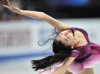 女子SPで演技する坂本花織=さいたまスーパーアリーナで2019年3月20日、宮間俊樹撮影
