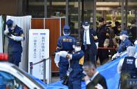 ウィルソン香子さんが首を刺された東京家庭裁判所の玄関付近を調べる捜査員ら=東京都千代田区で2019年3月20日午後4時38分、竹内紀臣撮影