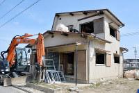 豪雨で浸水した岡山県倉敷市真備町地区では、家屋の解体が進むが、被災の爪痕も残っている=2019年3月14日、高橋祐貴撮影