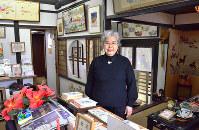 「古民家を2軒借りて、自宅と美術館にした」と話す原田千賀子さん=奈良市で、中津成美撮影