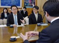 外国人労働者の受け入れについて話し合うJICAの越川副理事長(左)と尾崎正直高知県知事(右)=同県庁で、郡悠介撮影