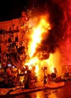 3月20日、スペイン3大祭りのひとつ「バレンシアの火祭り(ラス・ファジャス)」が今年も行われた。おとぎ話の竜や、トランプ米大統領ら著名人を模した巨大な人形が燃やされ、炎や花火が夜空を彩った(2019年 ロイター/Heino Kalis)