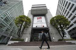 市場再編を検討中の東証。投資家保護の観点は十分か(Bloomberg)