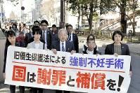 仙台地裁に向かう原告弁護団ら。被害者を含む50人以上が行進した=仙台市青葉区で20日午後3時2分、滝沢一誠撮