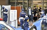 ウィルソン香子さんが首を刺された東京家庭裁判所の玄関付近を調べる捜査員ら=東京都千代田区で20日、竹内紀臣撮影
