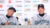 記者会見後、記念撮影に応じるシアトルマリナーズの(左から)イチロー外野手、スコットサービス監督、菊池雄星投手=東京ドームで2019年3月16日午後3時9分、玉城達郎撮影