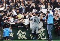 【巨人4-6マリナーズ】試合前、ファンにサインするマリナーズのイチロー=東京ドームで2019年3月17日午前11時56分、玉城達郎撮影