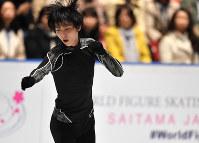 男子SPに向けて練習リンクで調整する羽生結弦=さいたまスーパーアリーナで2019年3月21日、宮間俊樹撮影