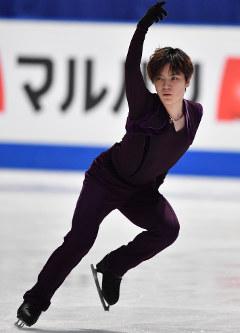 男子SPに向けて練習リンクで調整する宇野昌磨=さいたまスーパーアリーナで2019年3月21日、宮間俊樹撮影