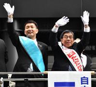 大阪府知事選が告示され、有権者に支持を訴える小西禎一氏(右)と大阪市長選立候補予定者の柳本顕氏=大阪市北区で2019年3月21日午前10時23分、望月亮一撮影