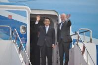 着陸したエアバスA380から降り、手を振るANAホールディングスの片野坂真哉社長(左)とエアバス・ジャパンのステファン・ジヌー社長=成田空港で2019年3月21日、中村宰和撮影